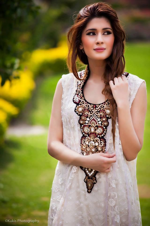 pakistani actress kubra khan will perform in bollywood film